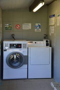 Notre laverie commune avec machine à laver et sèche linge